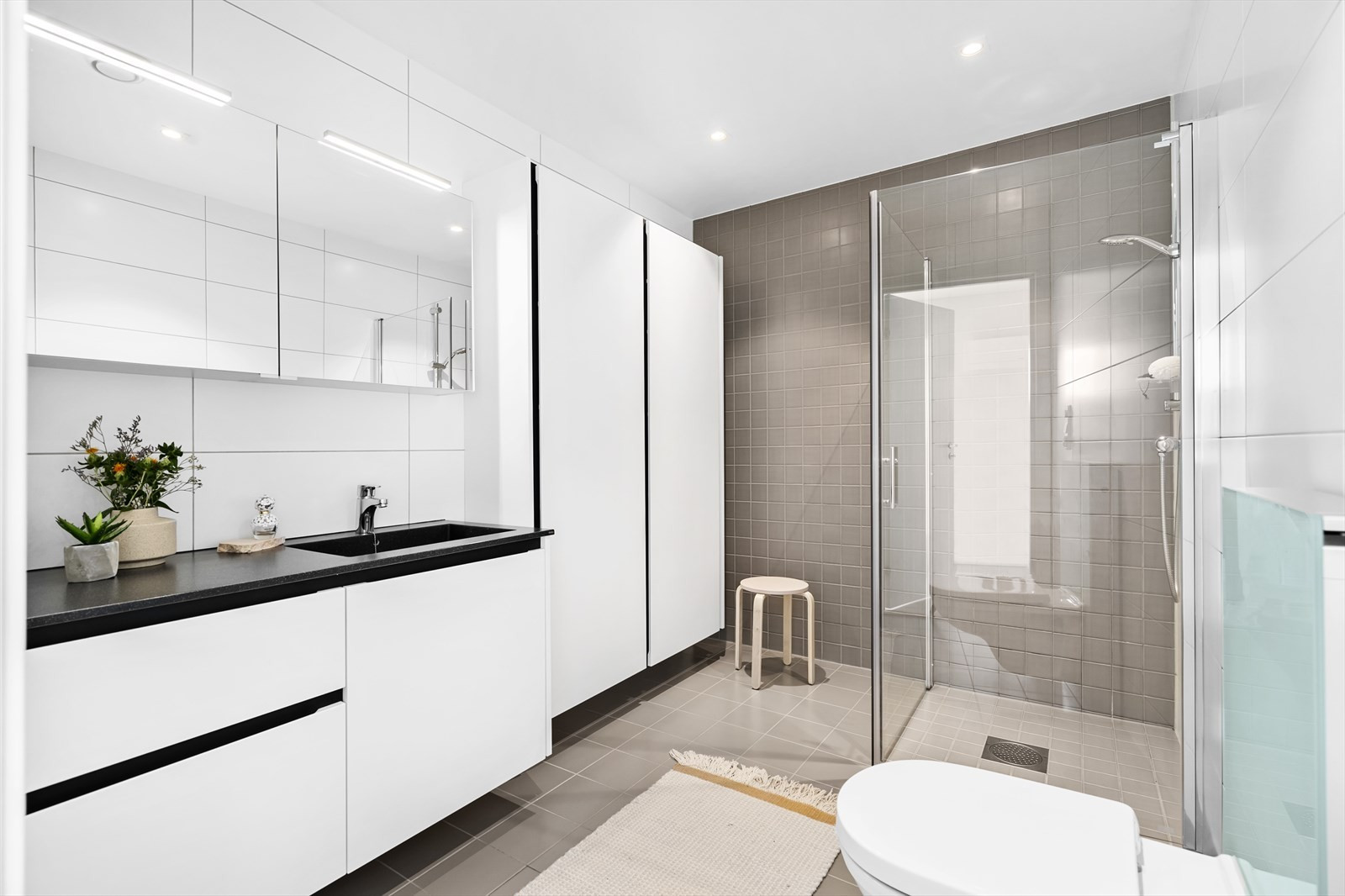 Boligen har 2 meget tiltalende bad med høy kvalitet fordelt på plan 1 og 2.