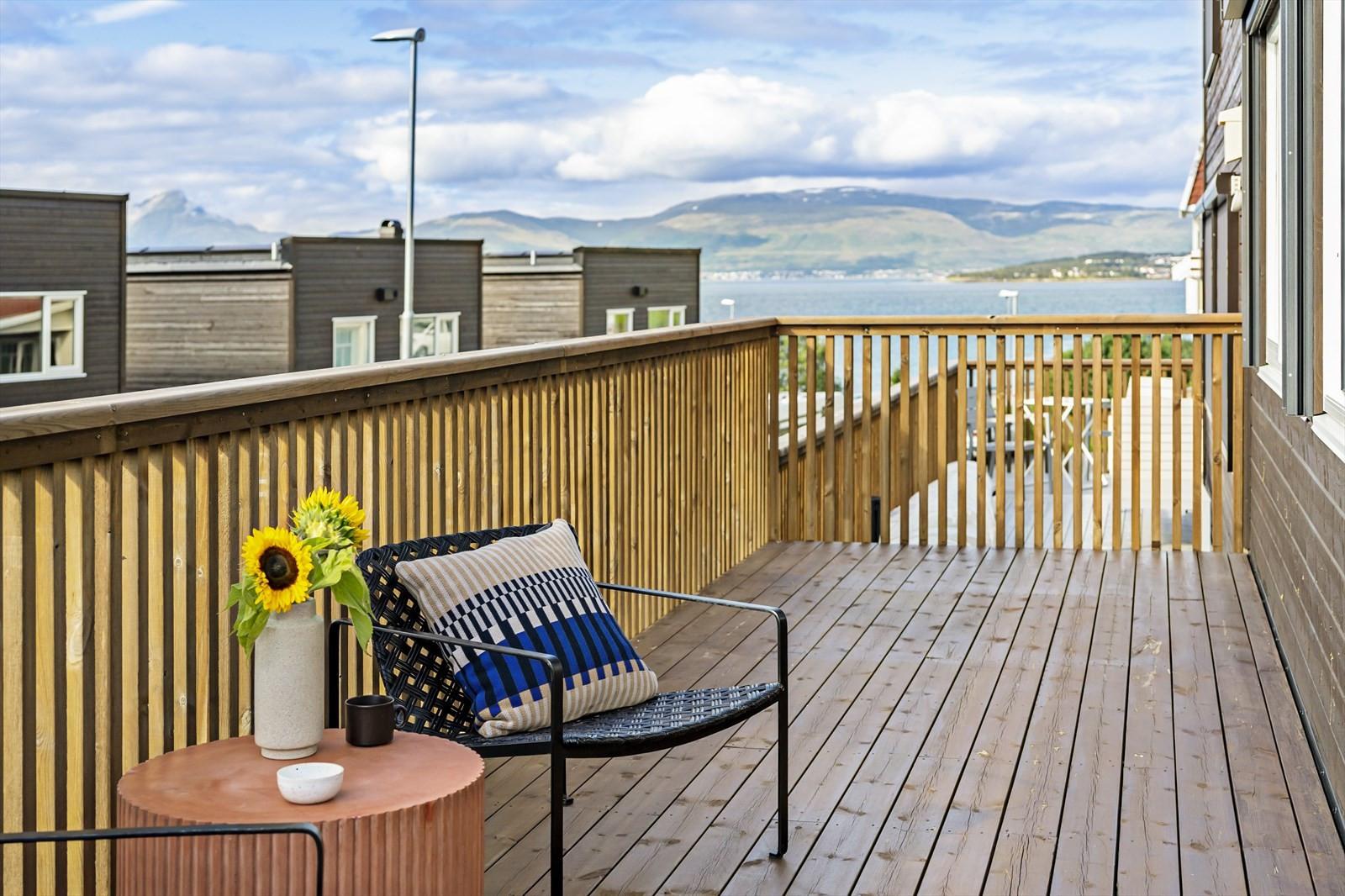 Vestvendt balkong med meget gode solforhold.