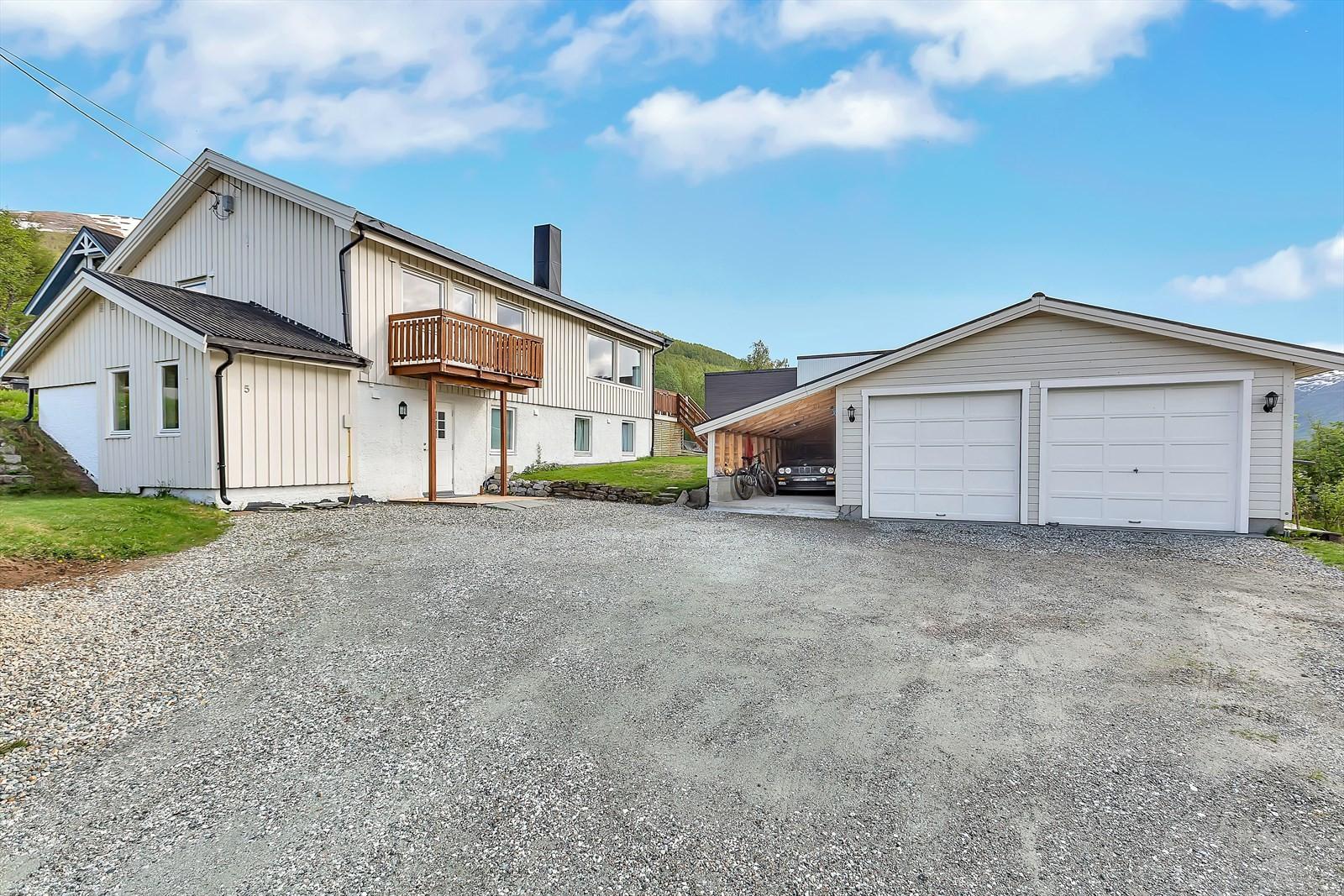 Stor garasje og carport samt stor innkjørsel