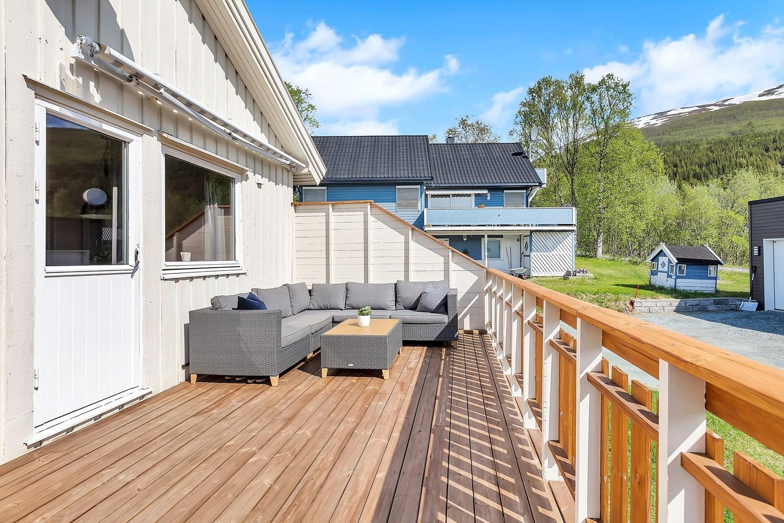 Stor sørvendt veranda med gode solforhold