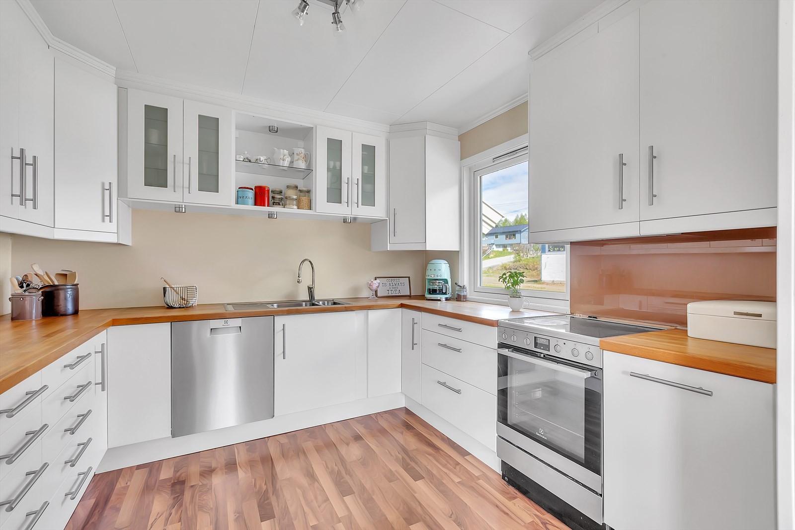 Kjøkkenet er modernisert og fremstår med god kvalitet.