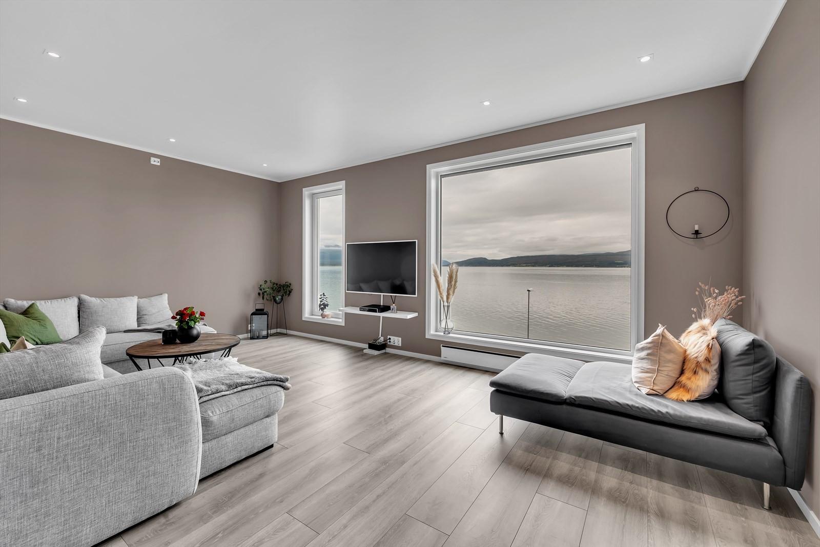 Tiltalende stue i 2. etasje med en nydelig utsikt!