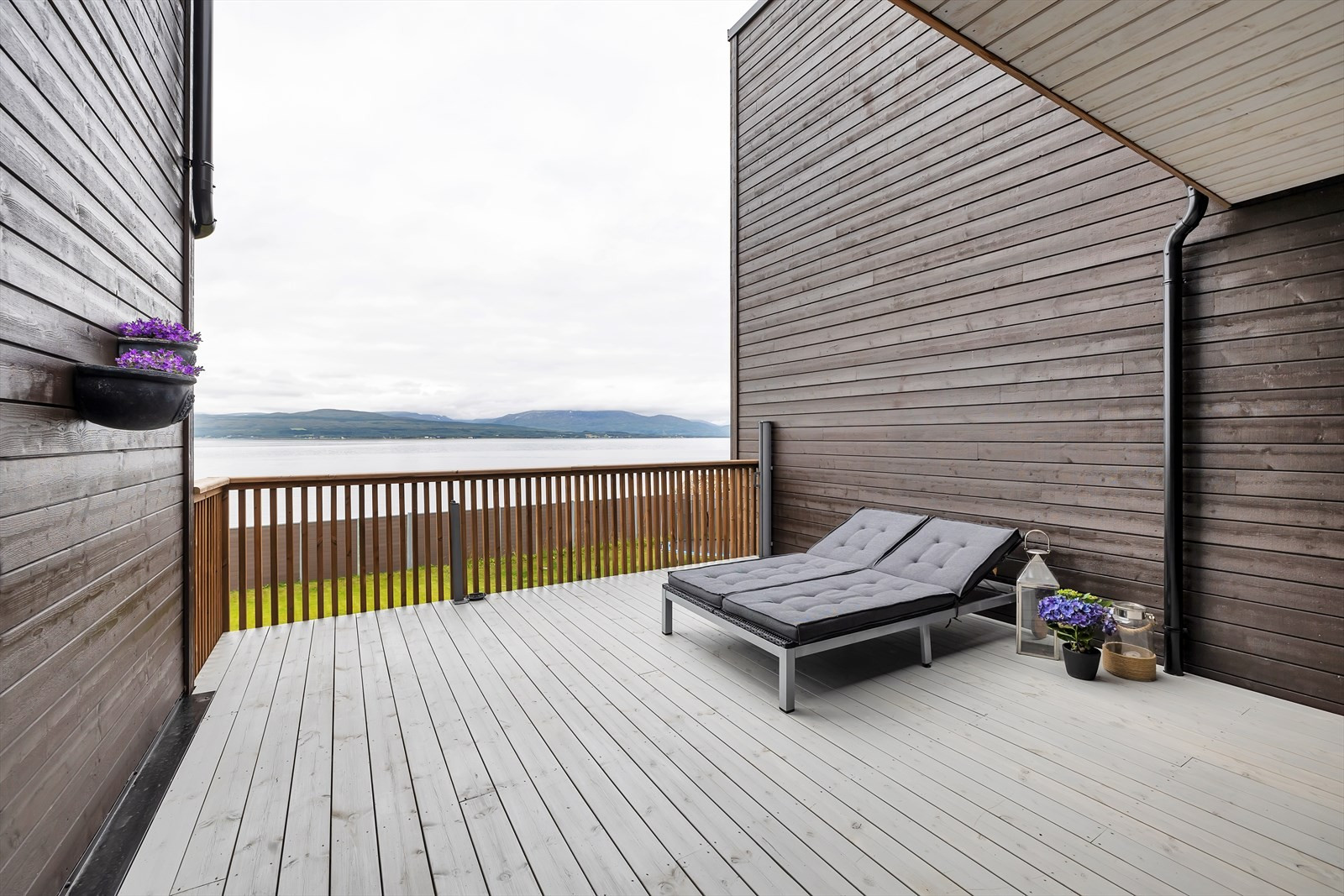 Skjermet vestvendt terrasse med havutsikt og gode solforhold.