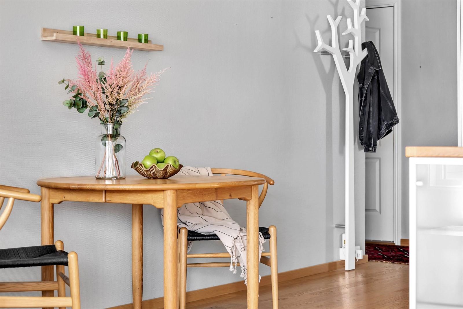 Mellom stuen og kjøkkenet er det plass til et lite spisebord