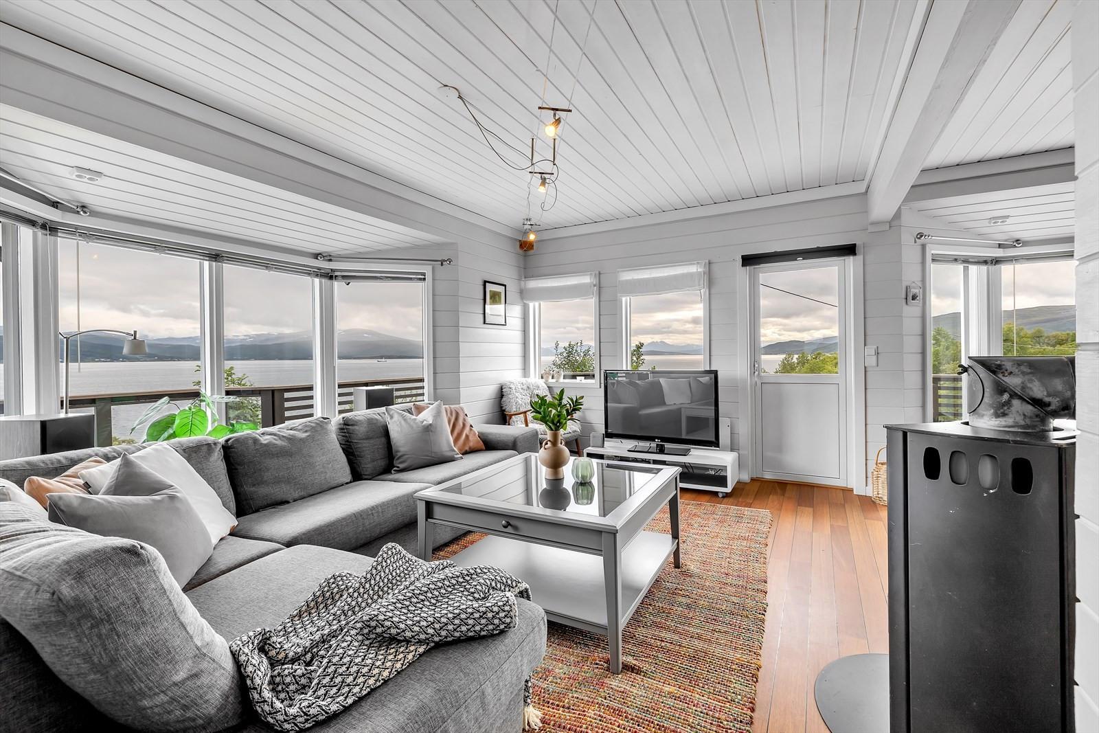 Stue med flott  utsikt mot fastlandet, Sandnessundet, Tromsøysundet og Tromsøya