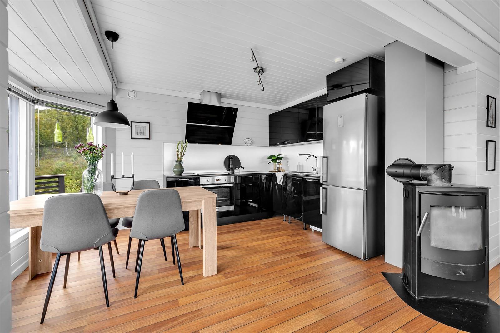 Kjøkken med integrerte hvitevarer (stekeovn, koketopp og oppvaskmaskin).