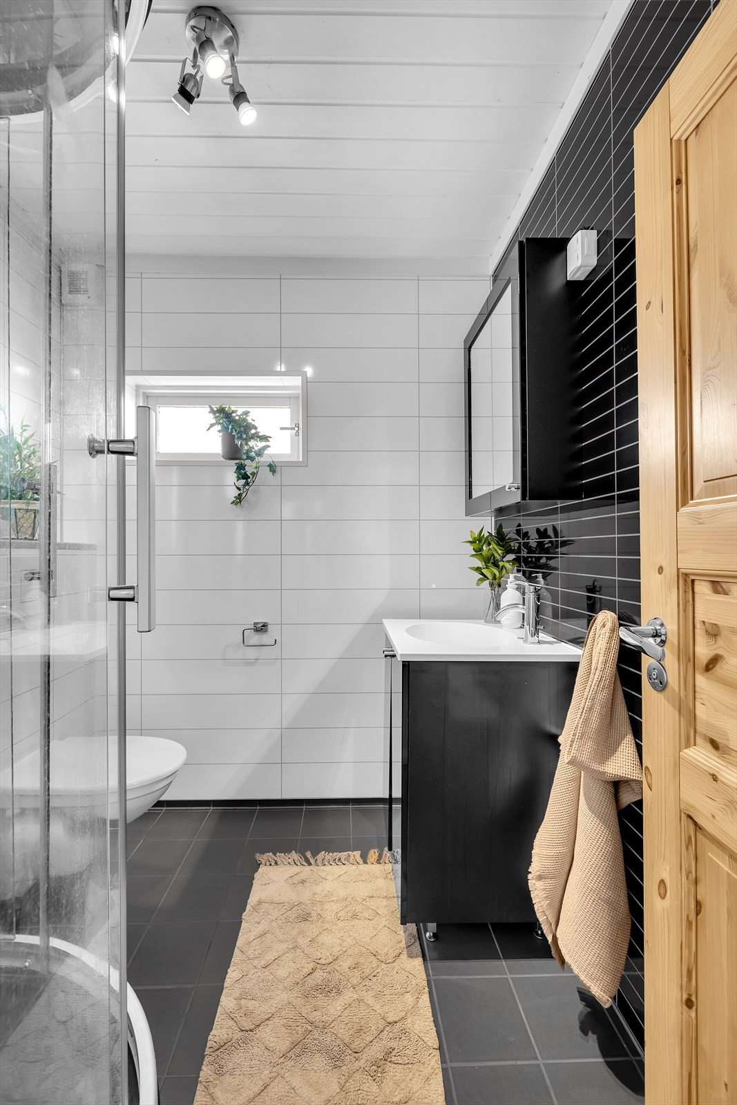 Bad med flislagt gulv og varmekabler
