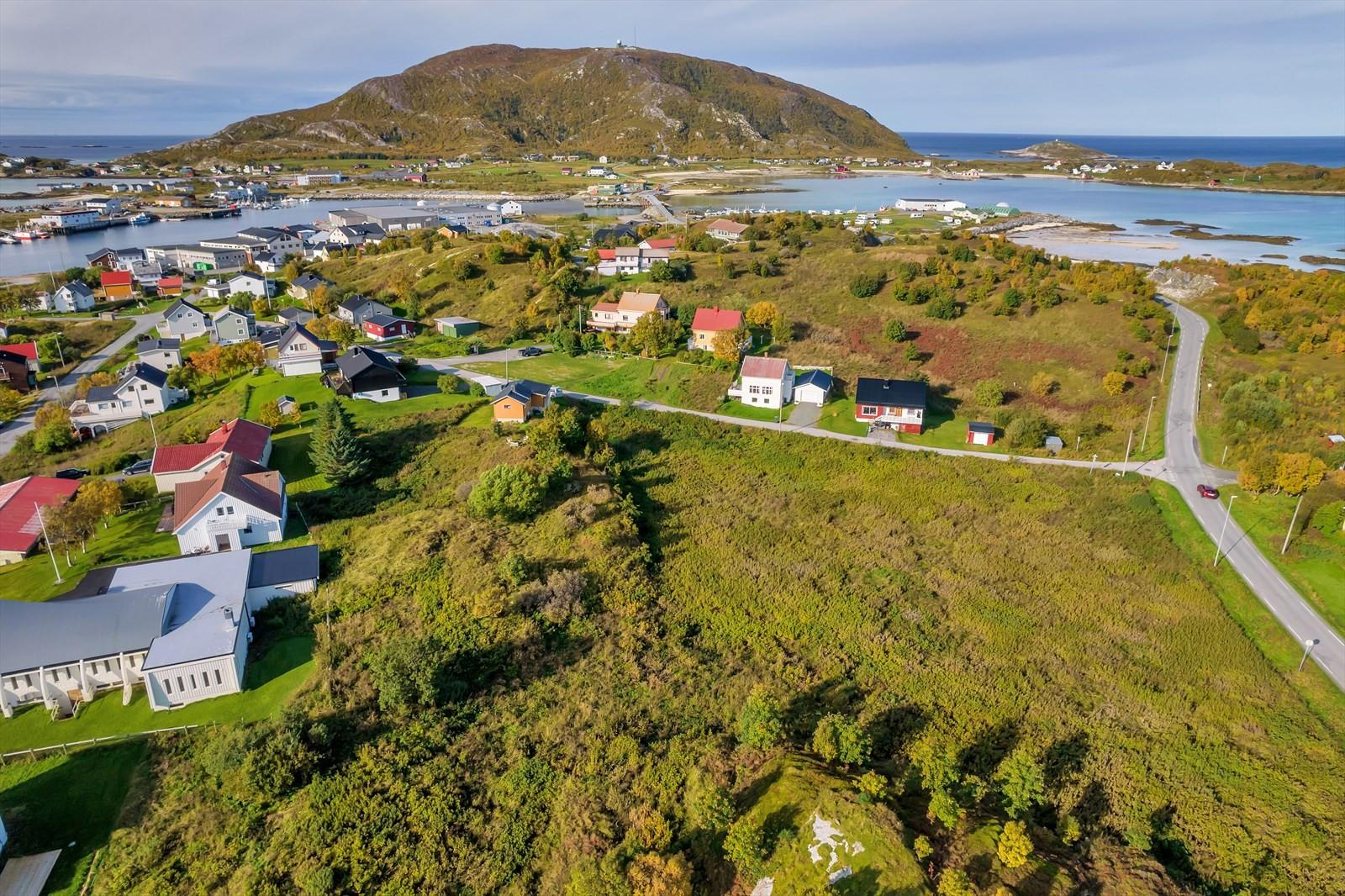 Oversiktkart. Framover ser man Hillesøy, tomten er nede til høyre.