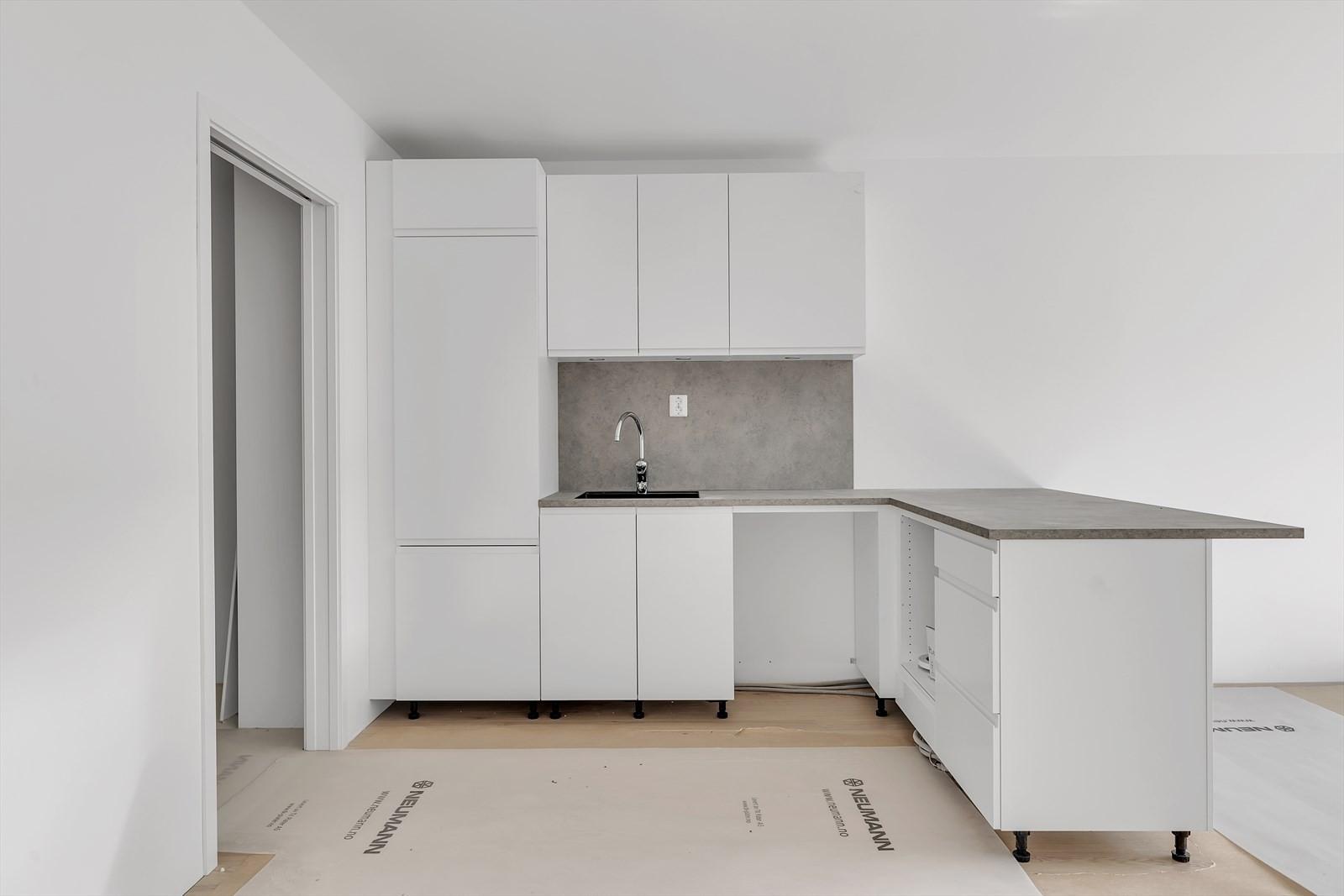 Stue og kjøkken, Hvit kjøkken fra Kvik med takhengt ventilator - ennå ikke montert