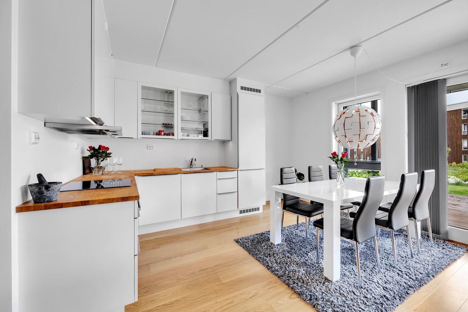 Kjøkken med romslig spiseplass