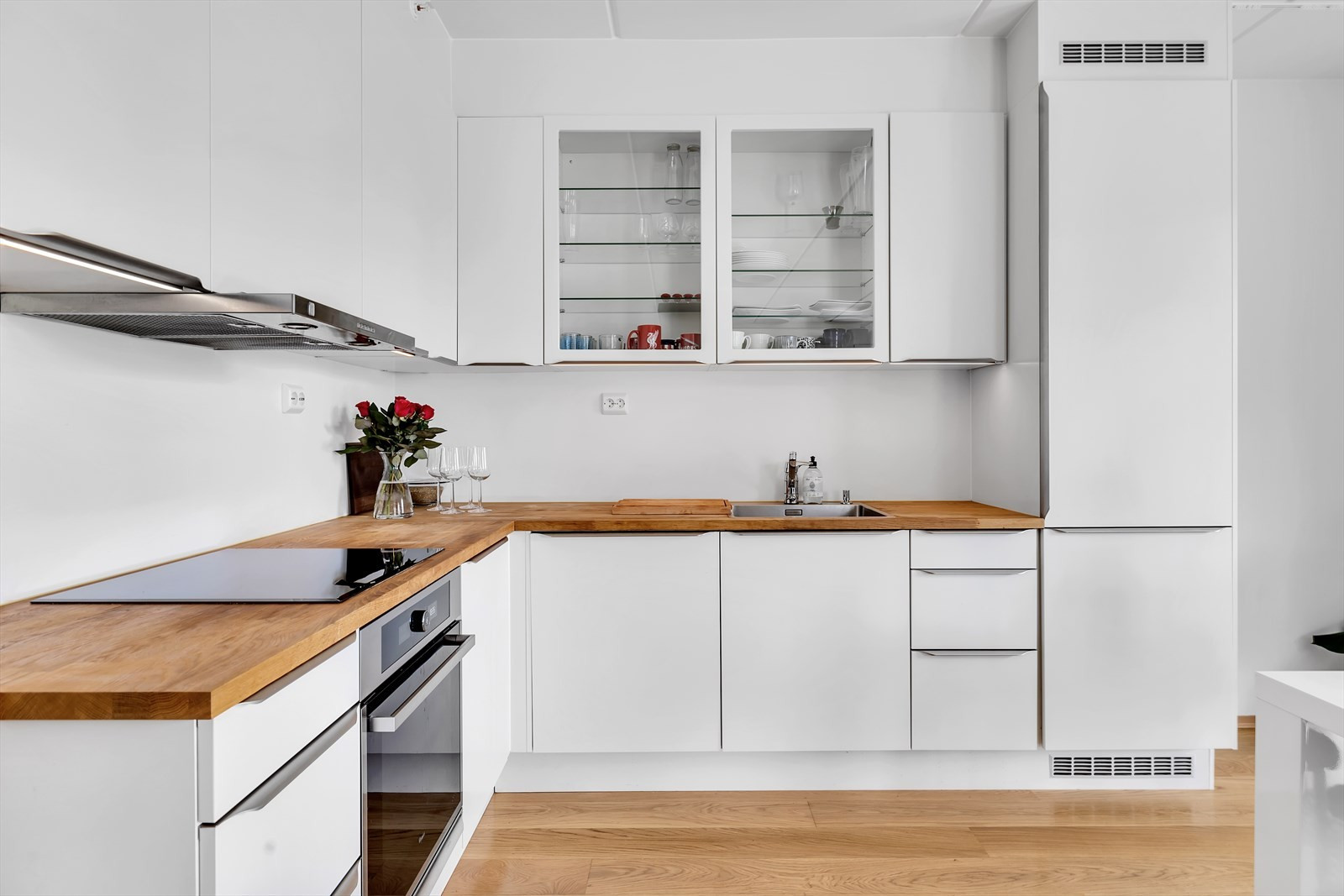 HTH kjøkken med heltre benkeplate og integrerte hvitevarer