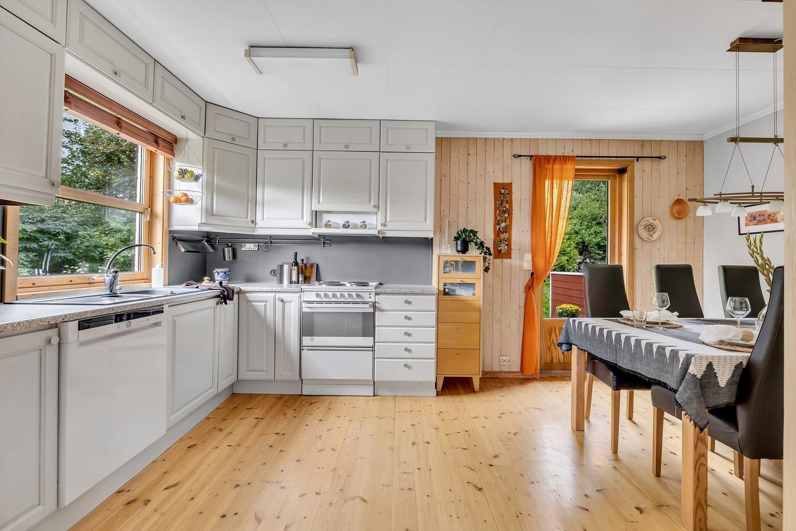 Kjøkkenet er innholdsrikt med god benke- og oppbevaringsplass