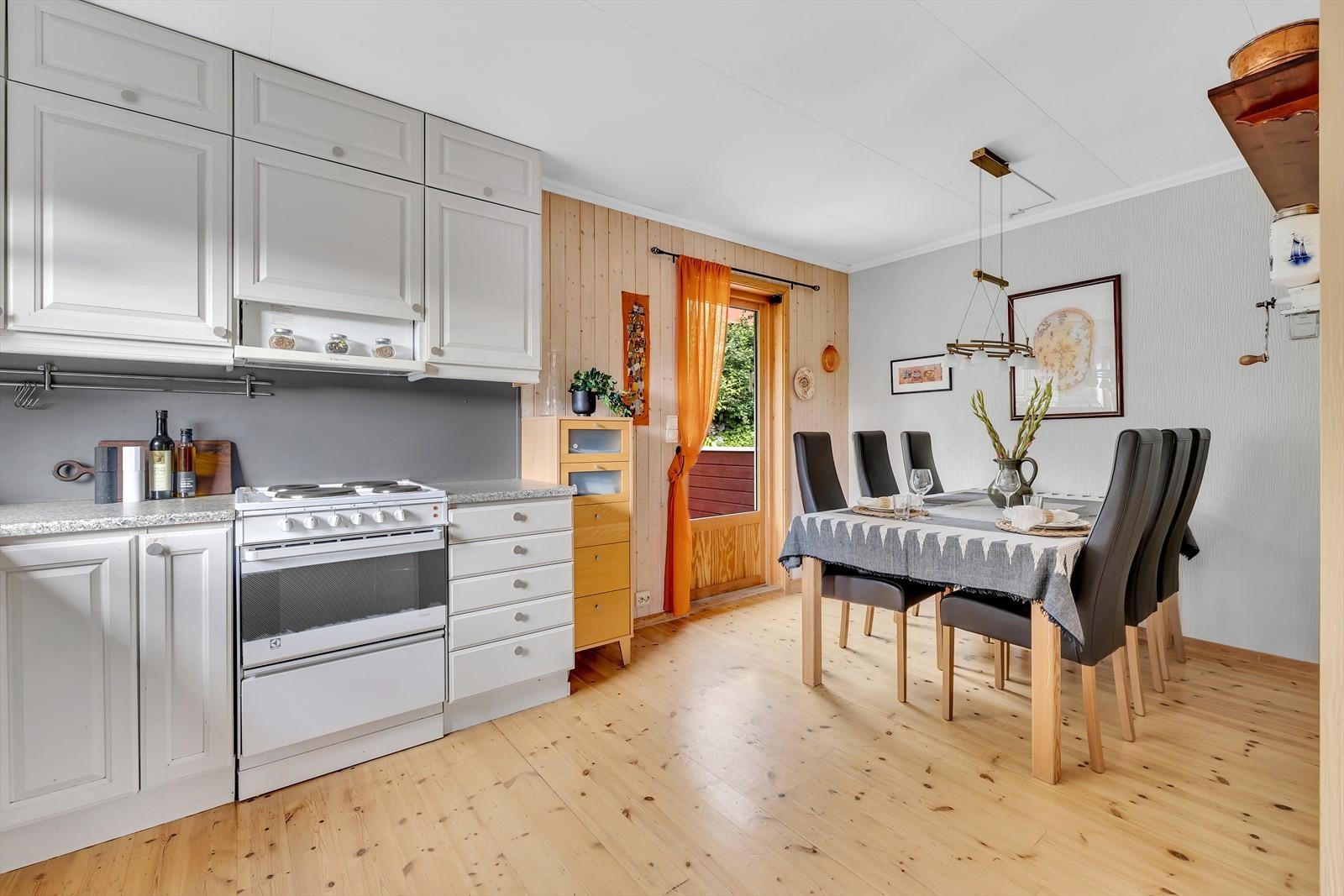 KJøkkenet har utgang til markterrasse. God plass til kjøkkenbord.