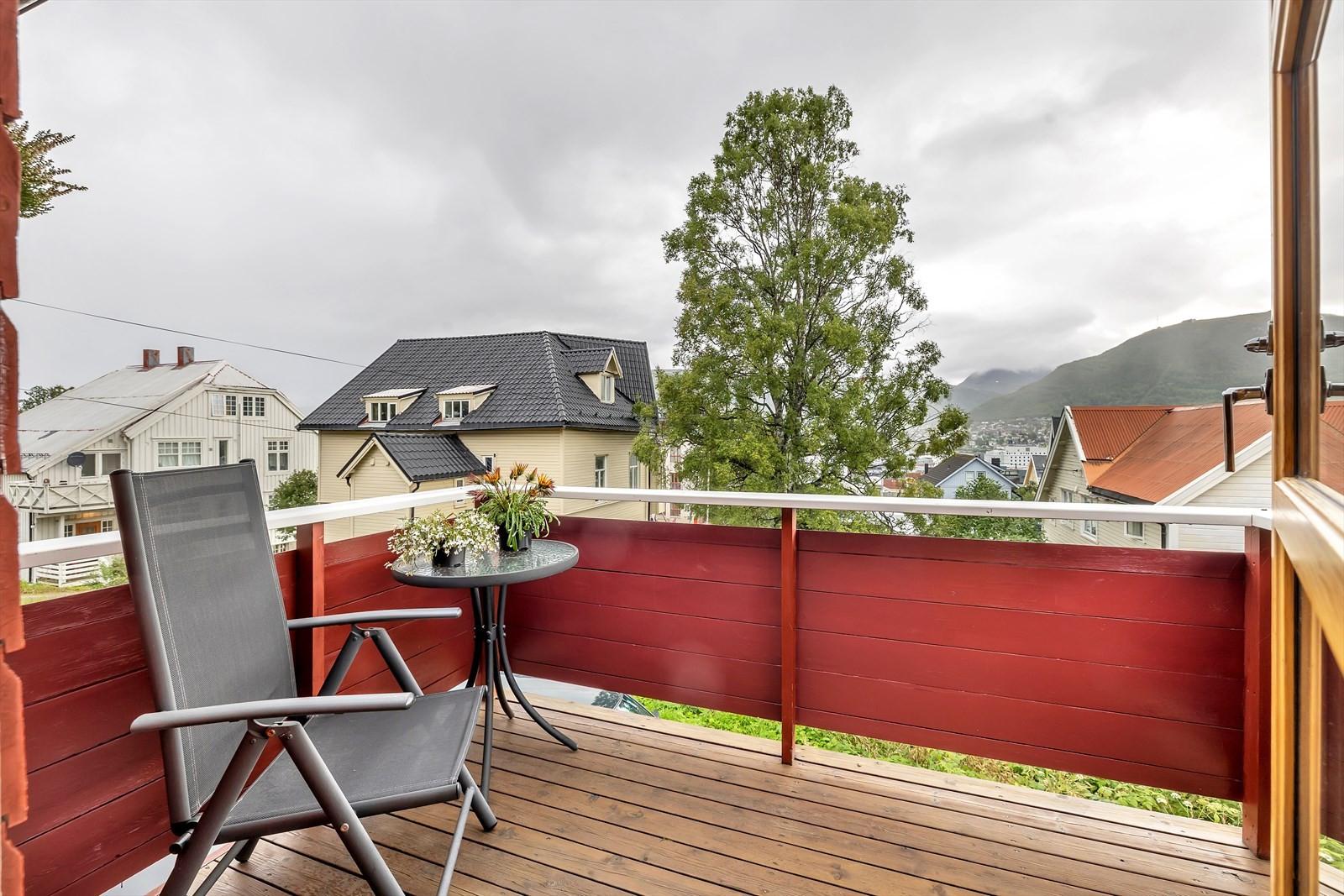 Utsikt mot Tromsdalstinden og Fløya med Fjellheisen i sikte