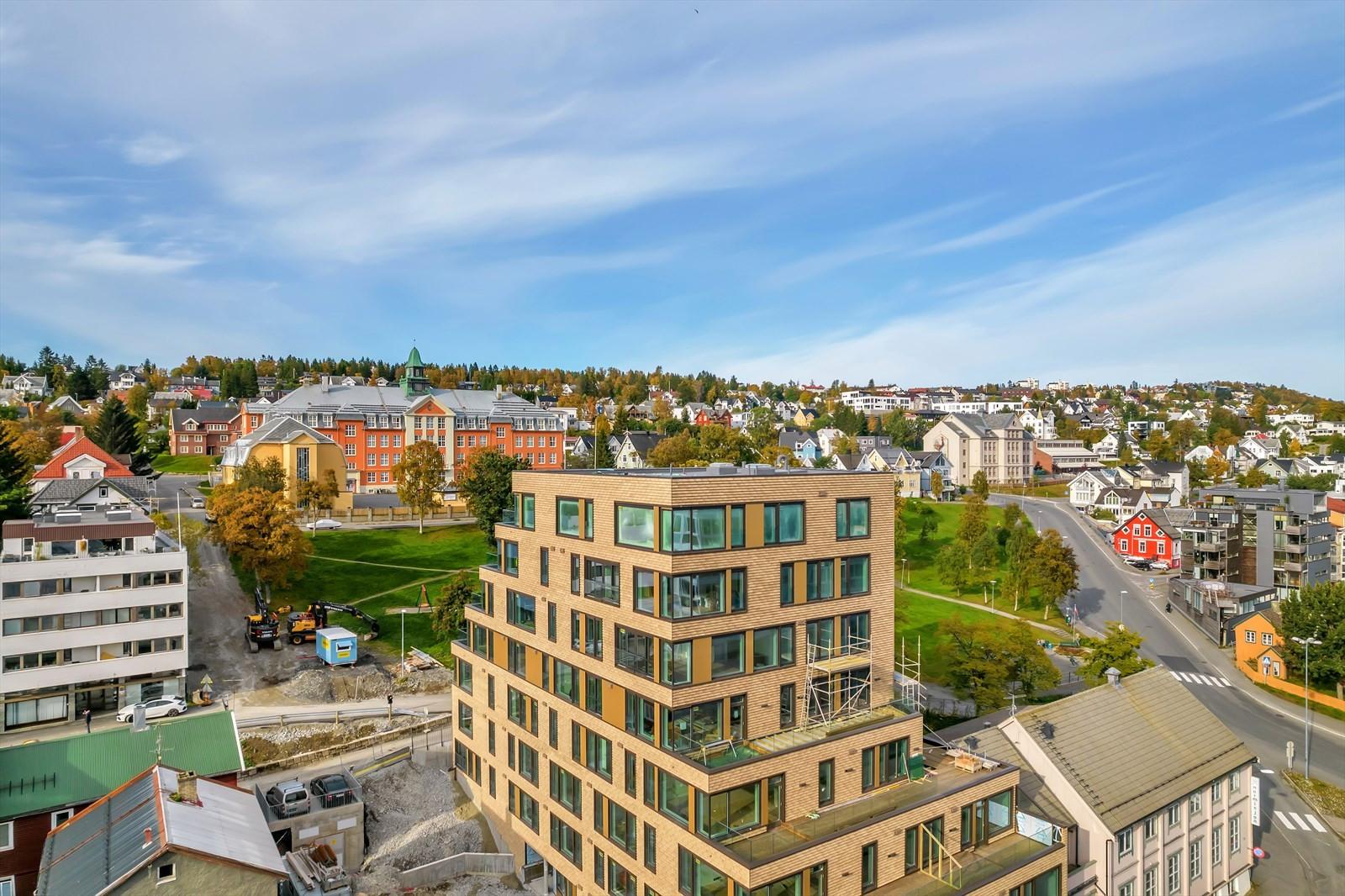 Kongsbakken videregående skole i bakkant av parken, Kongsparken i lysbrun teglstein - vakkert!