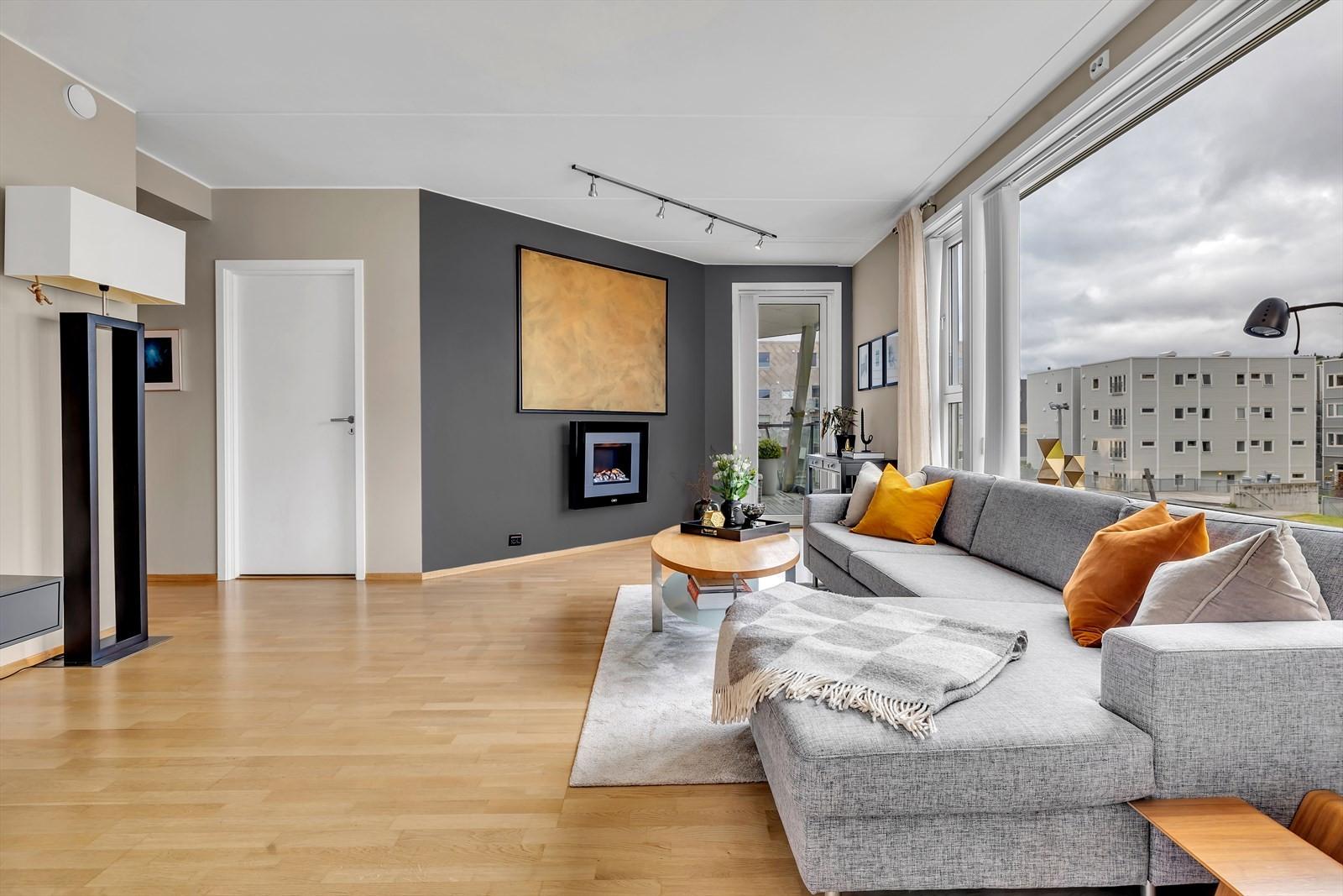 Store vindusflater i stue og kjøkken