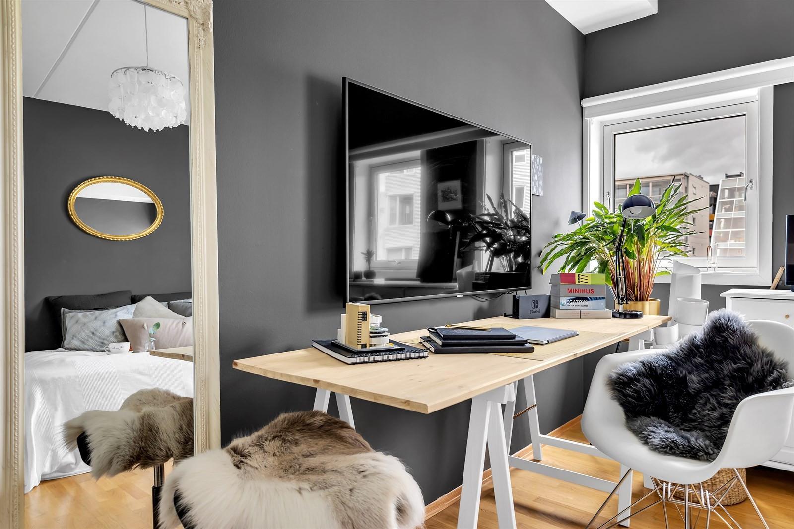 Hovedsoverommet har plass til kontorpult og annet møblement