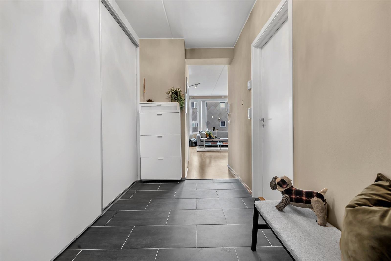 Gangen er romslig og har stor garderobe som fungerer utmerket som innvendig bod