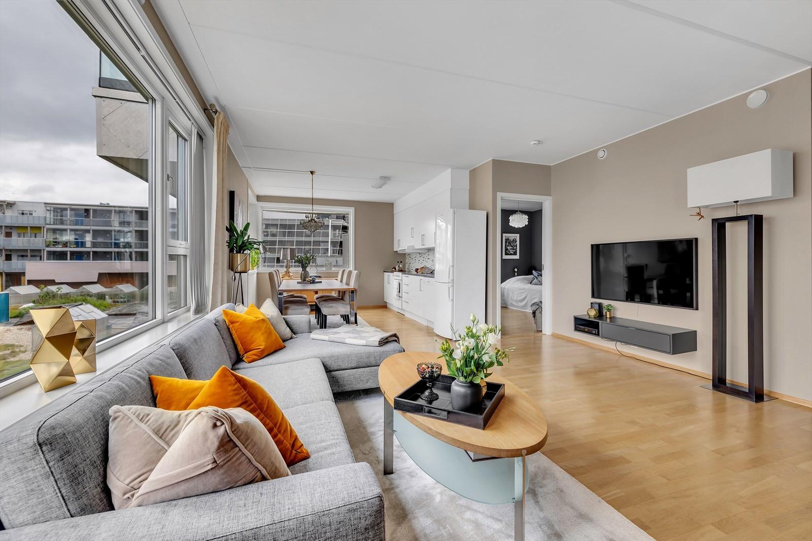 Lys og fin stue med åpen løsnig mot kjøkkenet