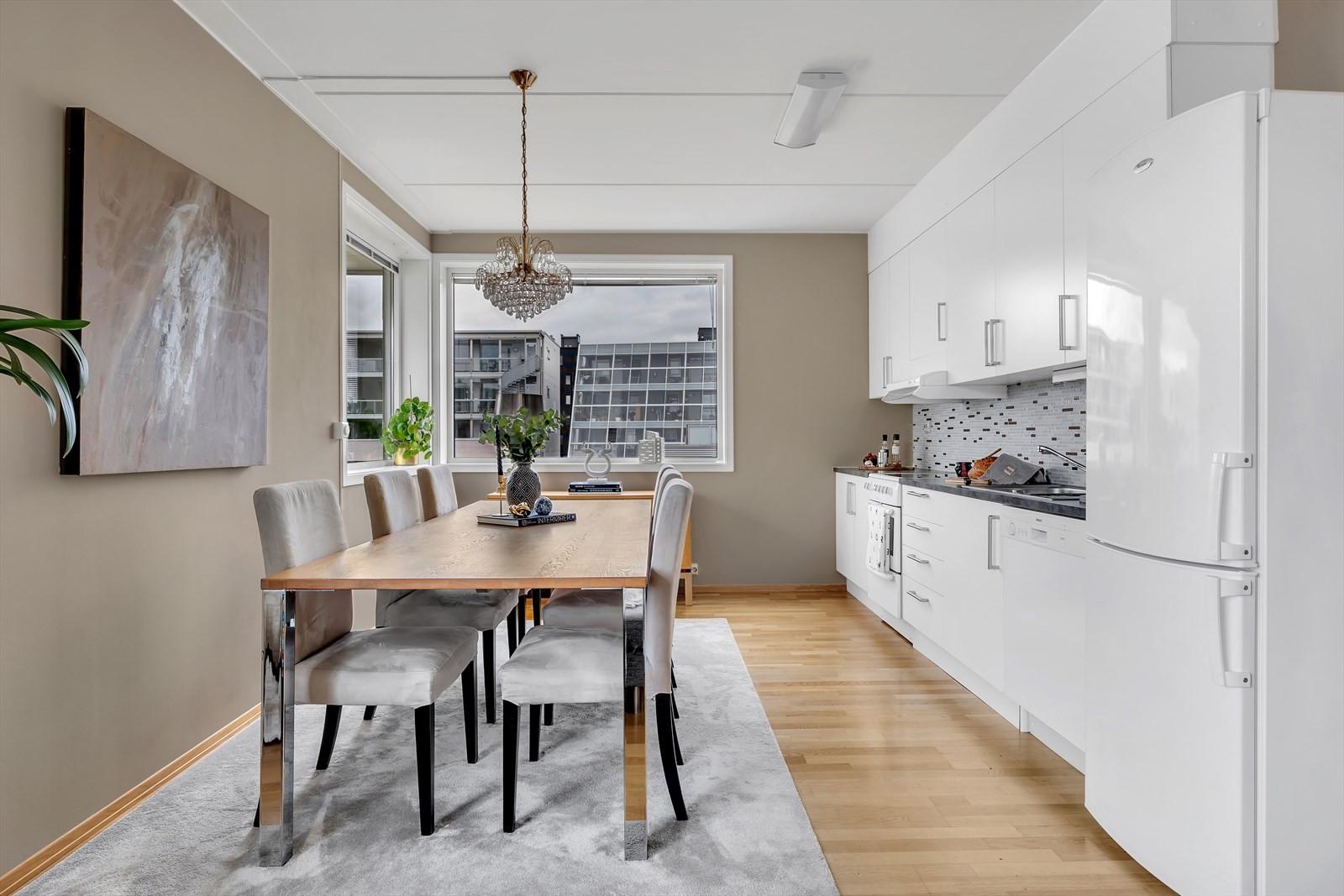 God plass til spisebord inne på kjøkkenet