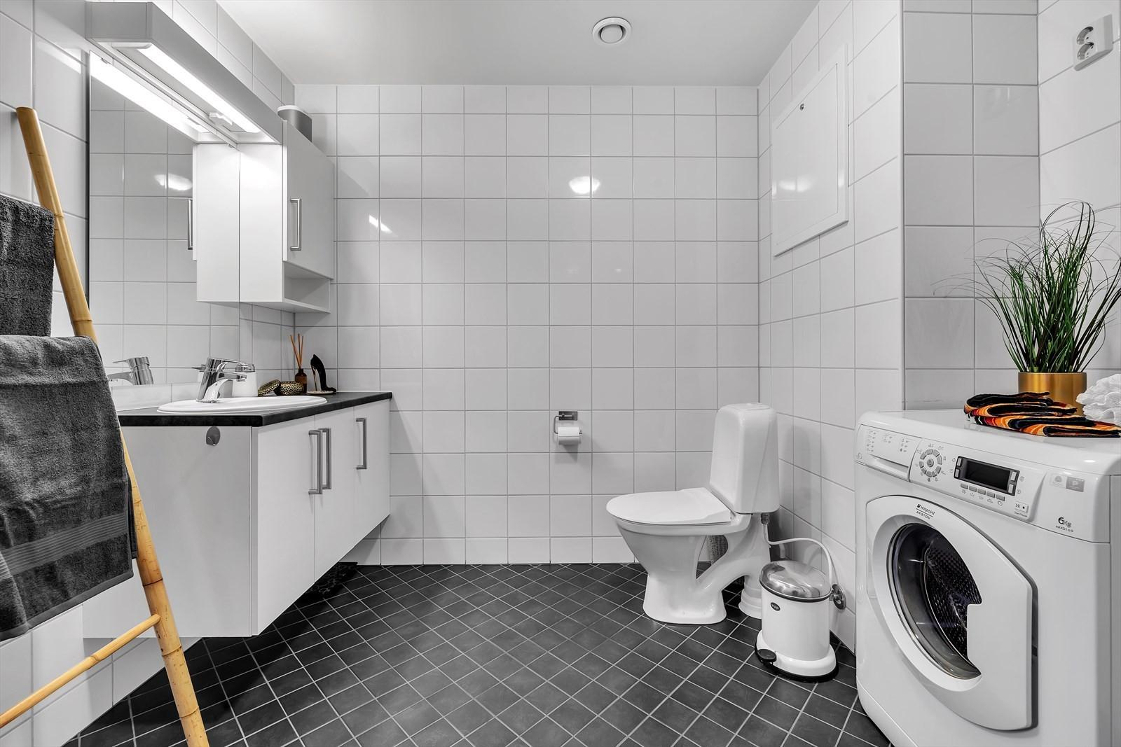 Flislagt bad med gulvvarme. God innredning. Uttak til vaskemaskin.