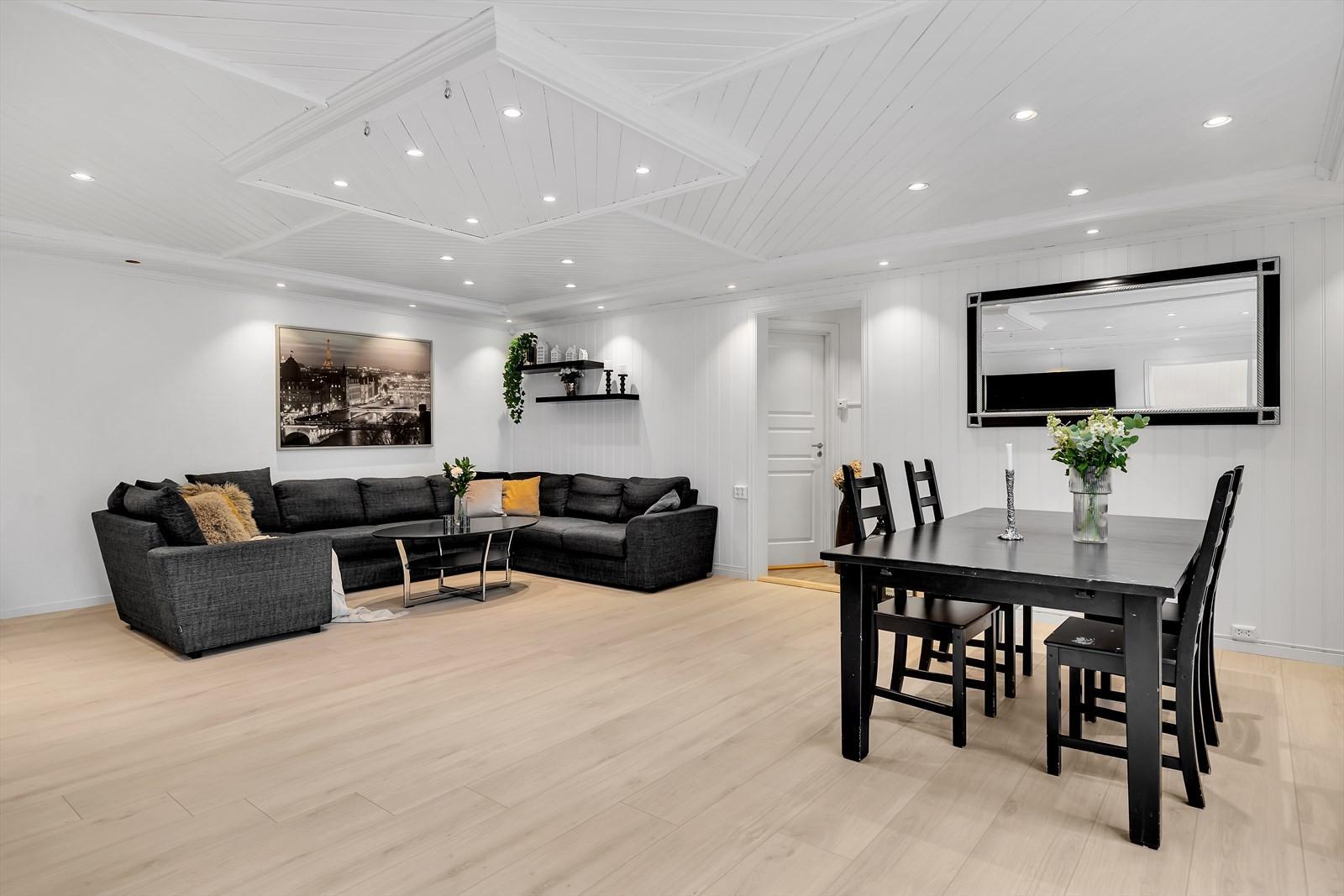 1. etasje har en romslig stue med god plass til både stuemøbler og spisegruppe.