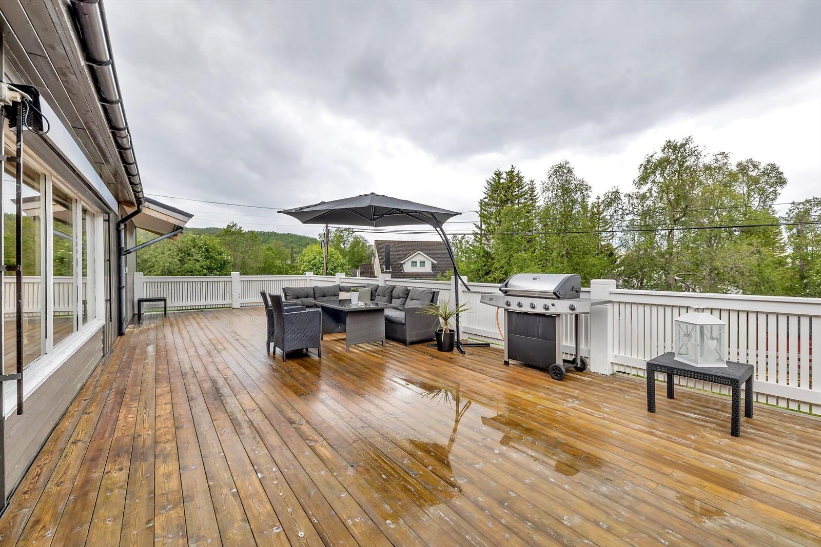 Boligen har en svært romslig terrasse med gode solforhold og flere muligheter for møblering.