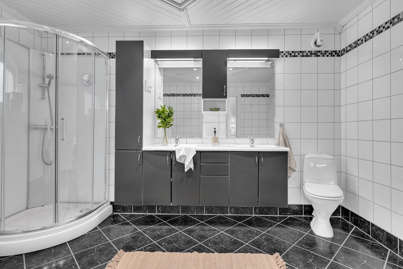 Romslig, komplett flislagt badrom.