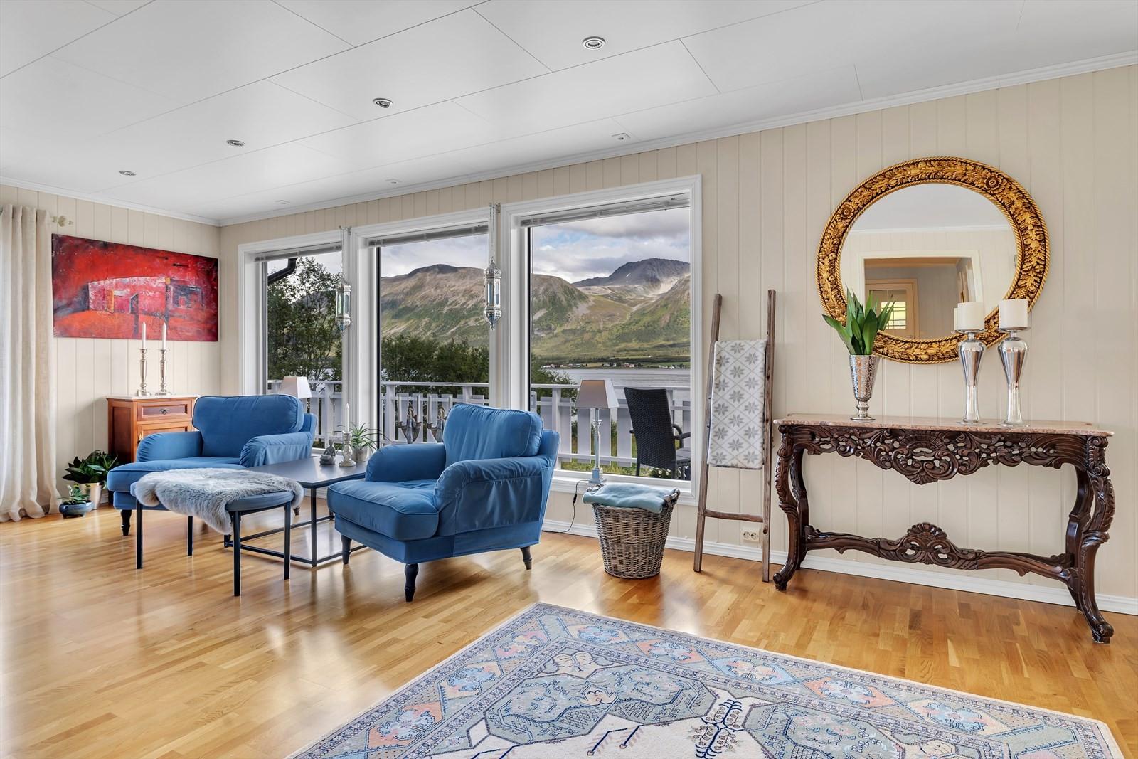 God plass i stuen gjør det mulig å møblere i flere soner etter ønske