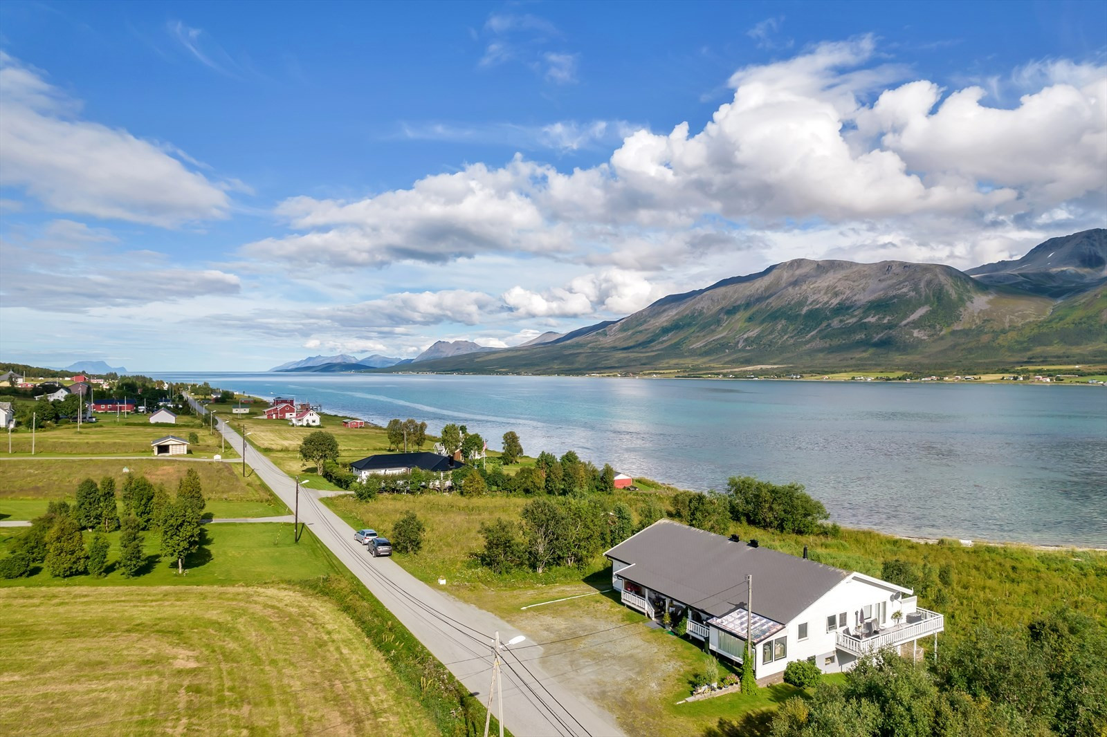 Ytterst i bildet kan man skimte Karlsøy og Arnøya