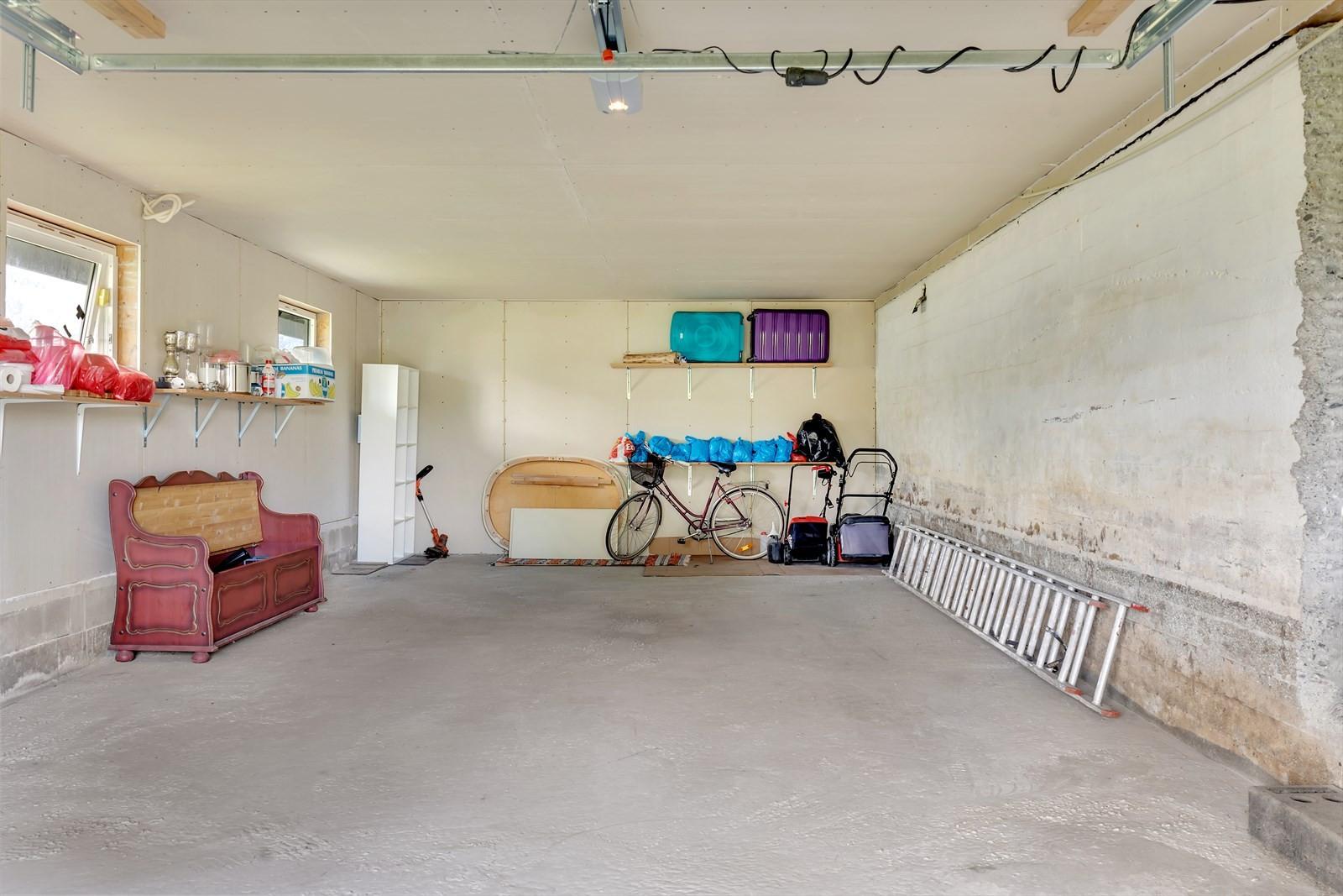 Stor garasje med rikelig lagringsplass!