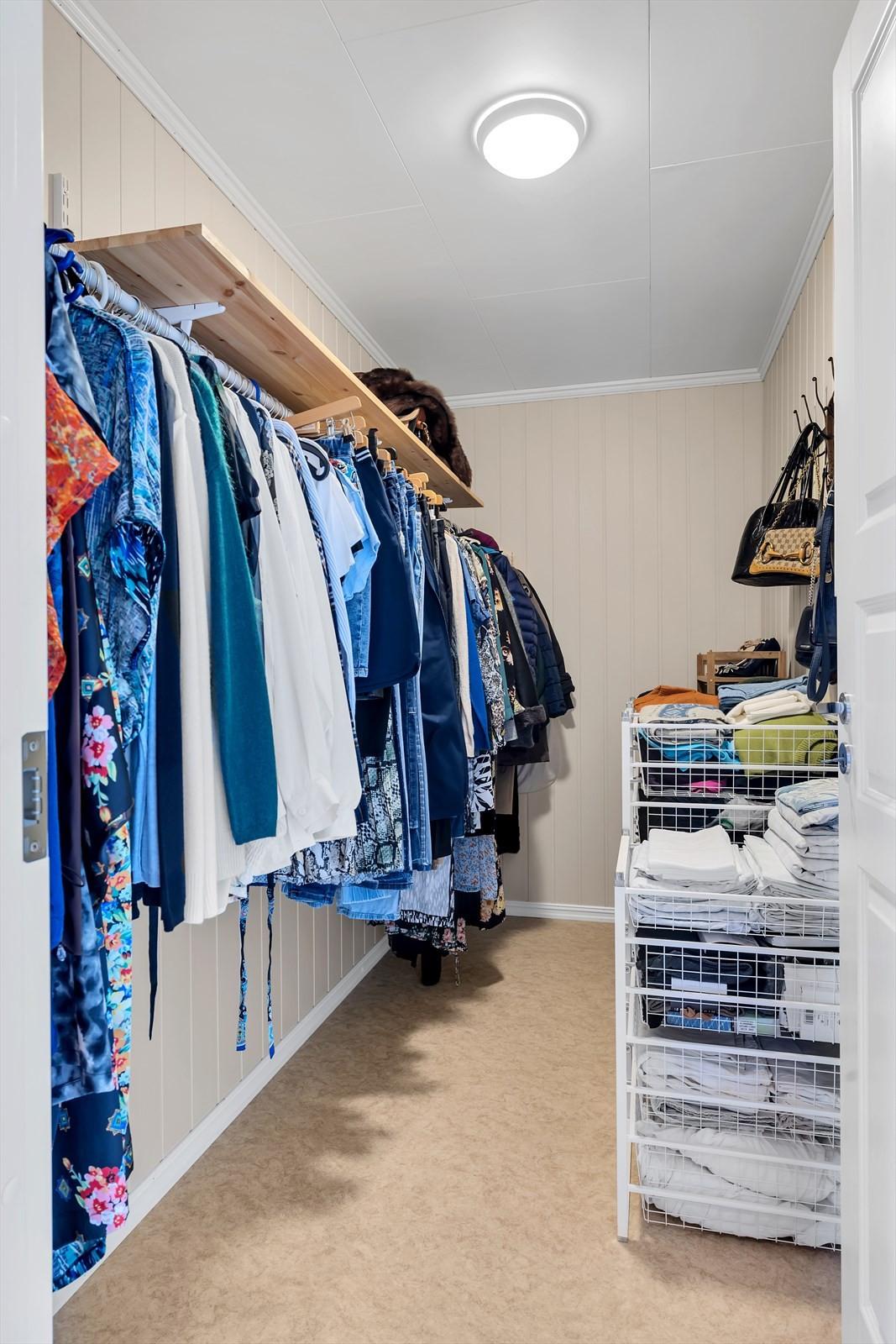 Bodrom som også kan brukes til garderobe