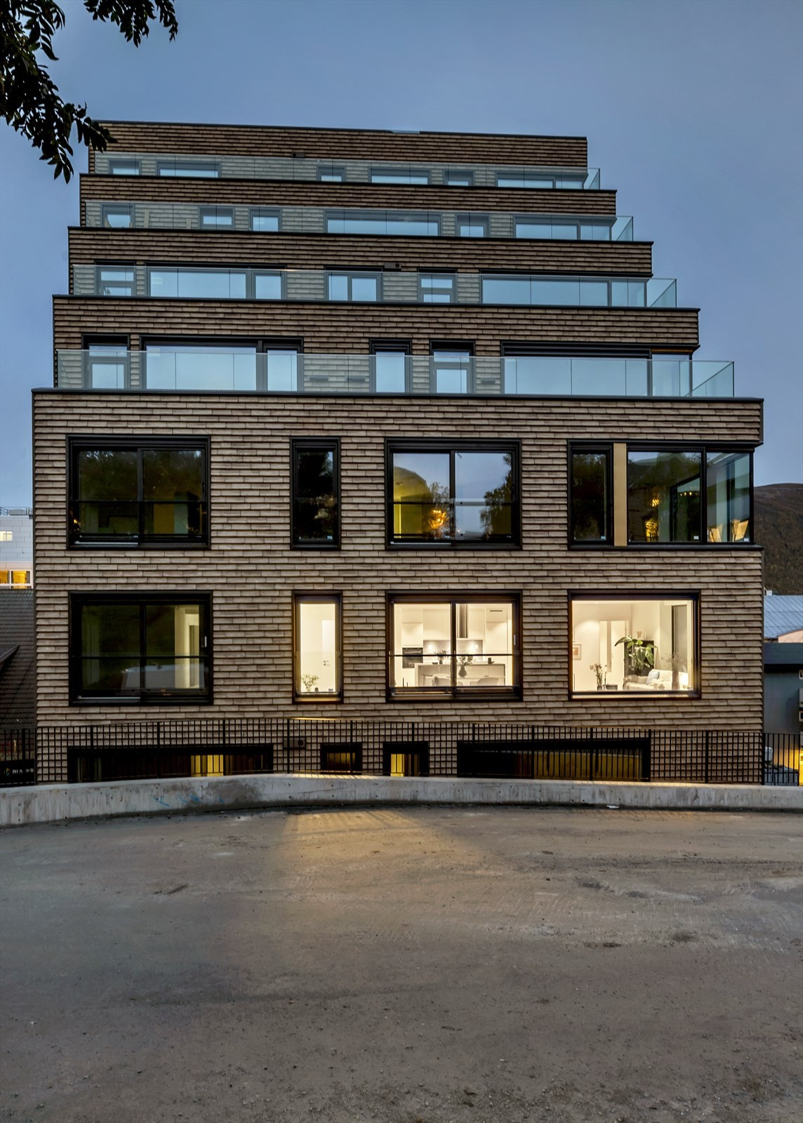 Vakkert teglsteins fasade i kvelds skumring - Adressen for beboerne blir Parkgata 15