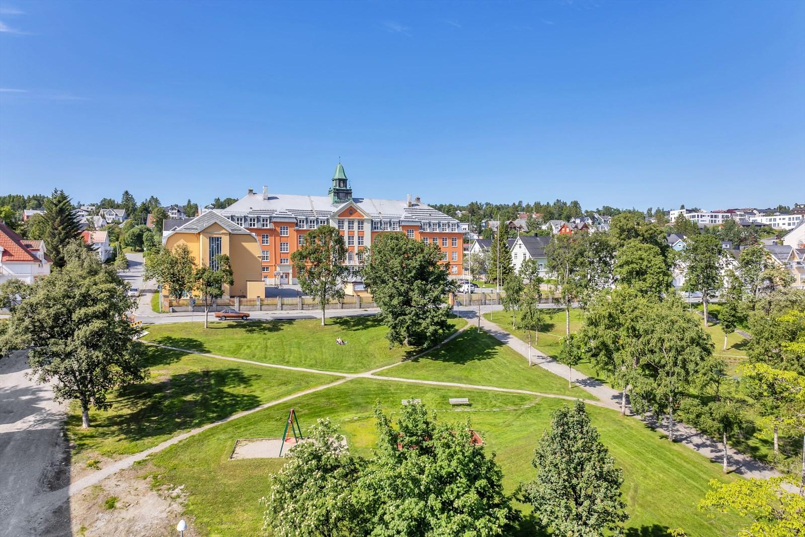 Denne utsikten nyter du fra terrassen. Kongsbakken videregående skole og Kongsparken.