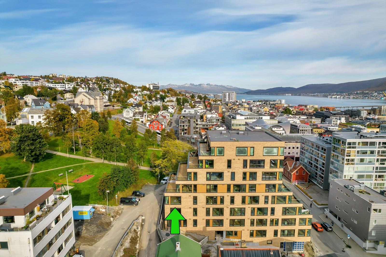 Bygget sett fra syd - leiligheten er merket med grønn pil