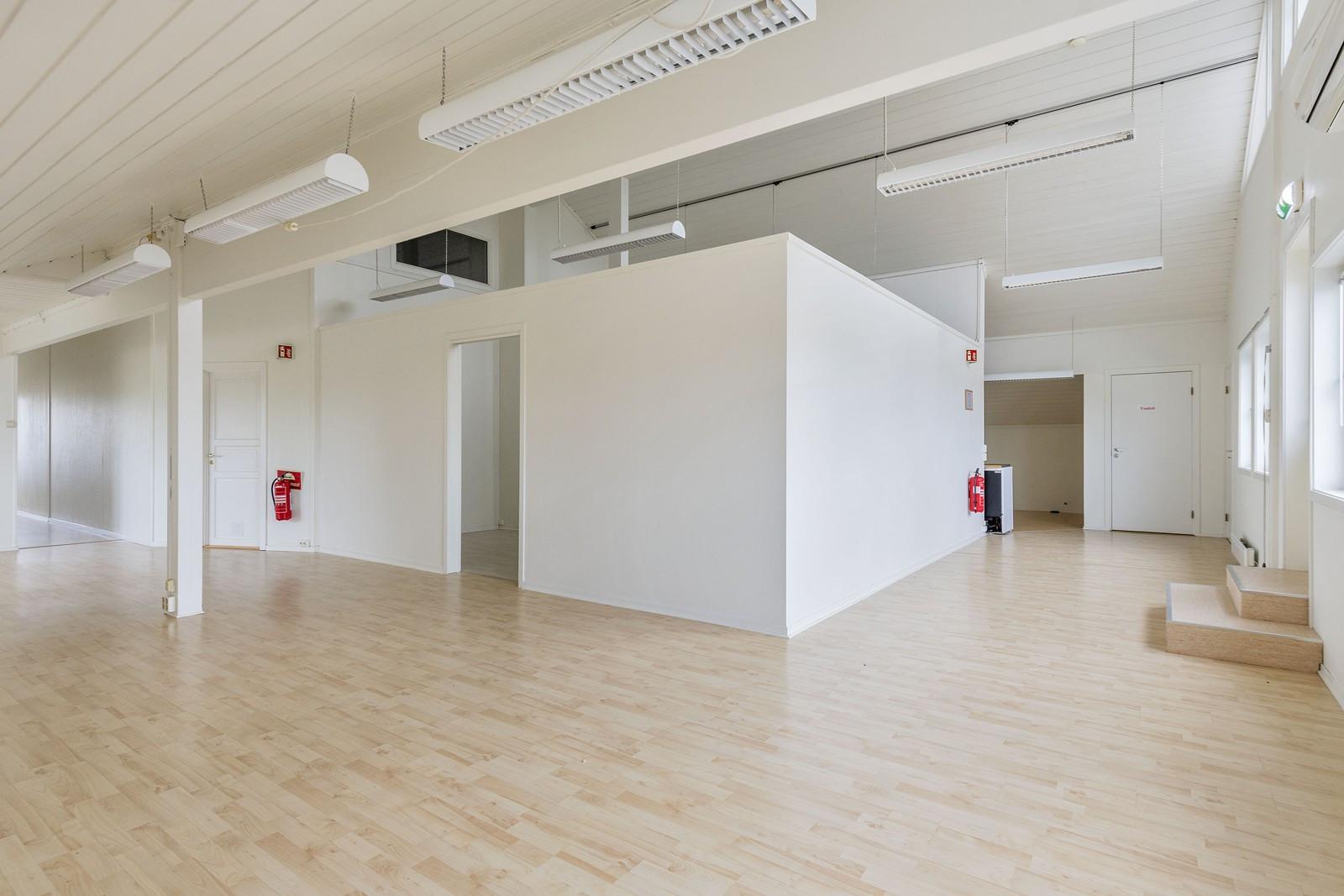 Lyst og stort kontorlandskap (mulighet for å fjerne lettvegg)
