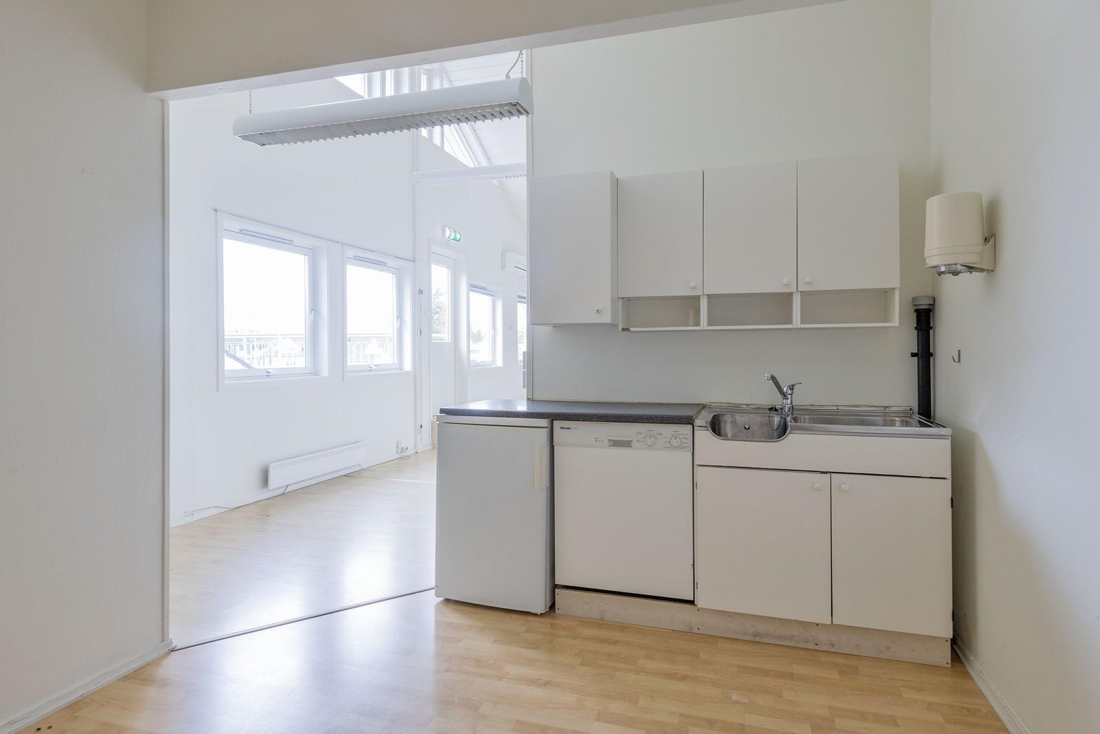 Kjøkkenkrok med oppvaskmasking og kjøleskap