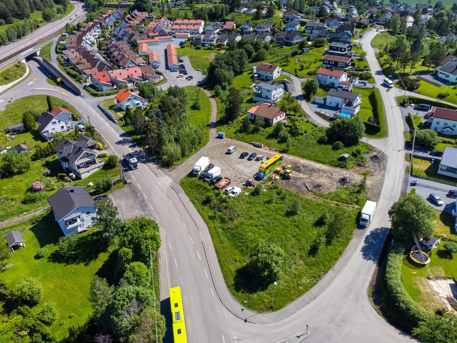 Tomten er beliggende i godt etablert boligområde bestående av både rekkehus og villabebyggelse