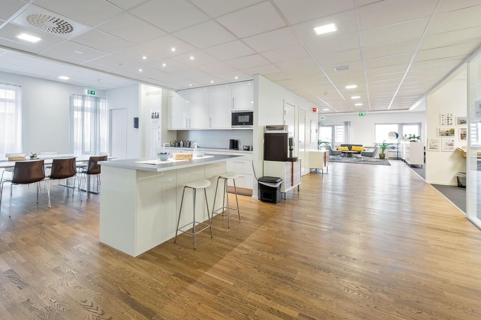 Kjøkken med barløsning og plass til spisebord
