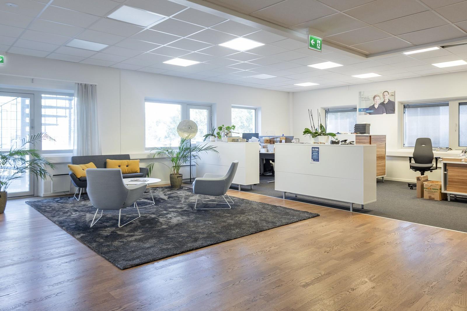 Arbeidsstasjoner i åpen løsning ut mot kundemottaket