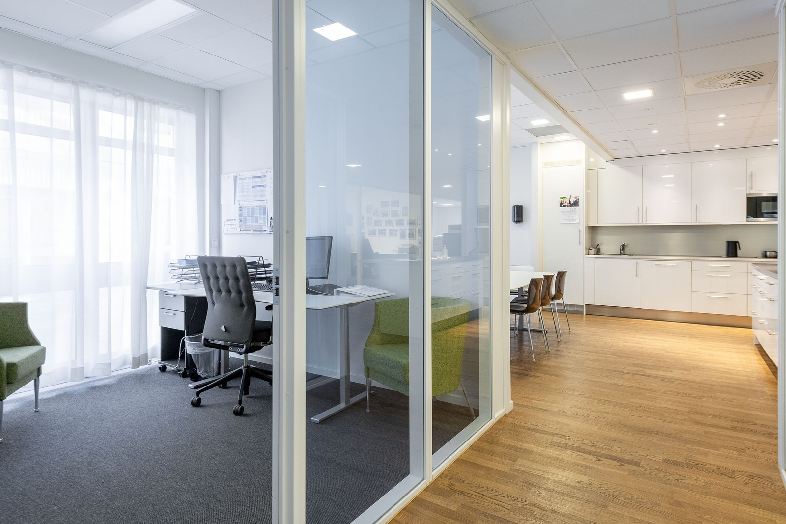 Cellekontorer med god plass til evt. flere arbeidsstasjoner