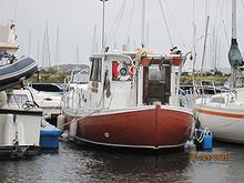 Solid båt bygd i eik med aluminiumsdekk og overbygg.