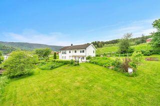 Landlig beliggende enebolig med flott utsikt og stor pent opparbeidet hage