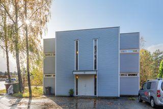 Fin selveierleilighet med stor og solrik veranda i veletablert boligområde.