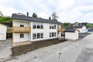 2 nye innflytningsklare leiligheter på ca 80 kvm med carport. Flott beliggenhet. Visning onsdag kl 16:00-17:00.