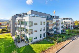 Stor og meget pen 4-roms toppleilighet (2012) m/ 2 balkonger - Gode sol- og utsiktsforhold - Heis - Garasje - Selveier -