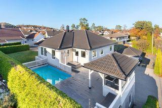 NYHET! Stor enebolig med leilighet i barnevennlig og veletablert område med dobbel garasje. Solrikt og basseng.