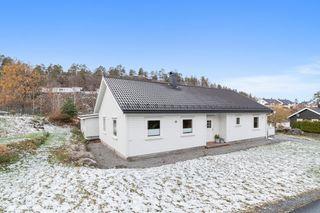 Valbergheia - Lys og moderne enebolig på ett plan. Fine, solrike uteplasser. Sommerstue. Garasje og carport.