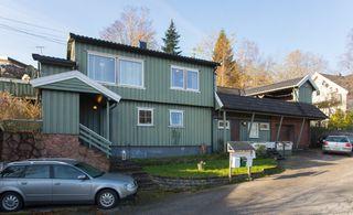 Enebolig  med 2 garasjer på Frøysland. Eiendommen trenger vedlikehold og påkostninger. Visning onsdag 20/11 kl 1630
