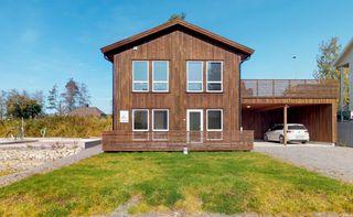 Husbankfinansiert halvpart av tomannsbolig med alt på ett plan - nytt og moderne - carport og terrasse